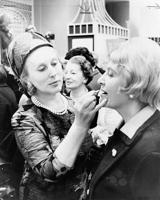 Esteé Lauder applying lipstick