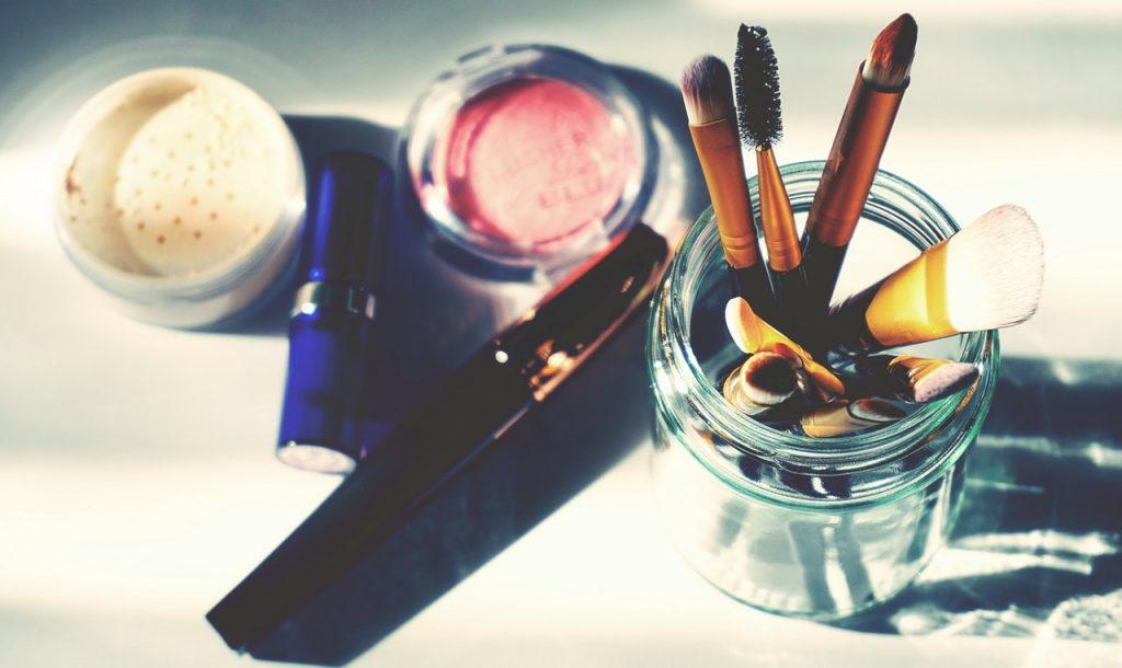 Coprire occhiaie usando pennelli