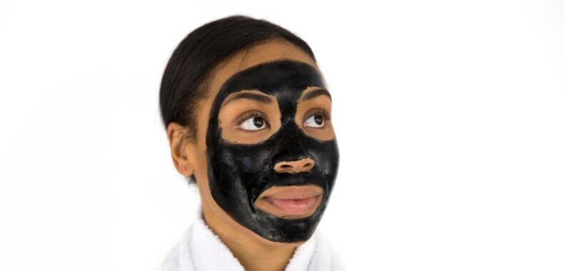 Maschera viso al carbone attivo