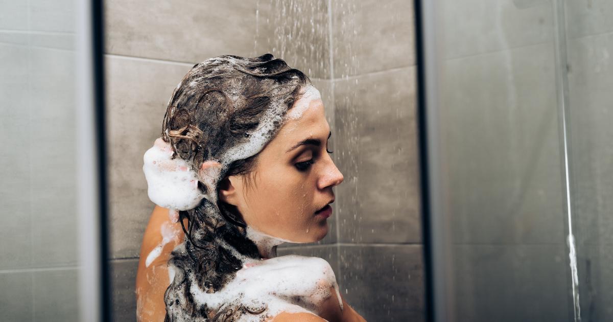 Come lavarsi i capelli in maniera corretta: i nostri consigli