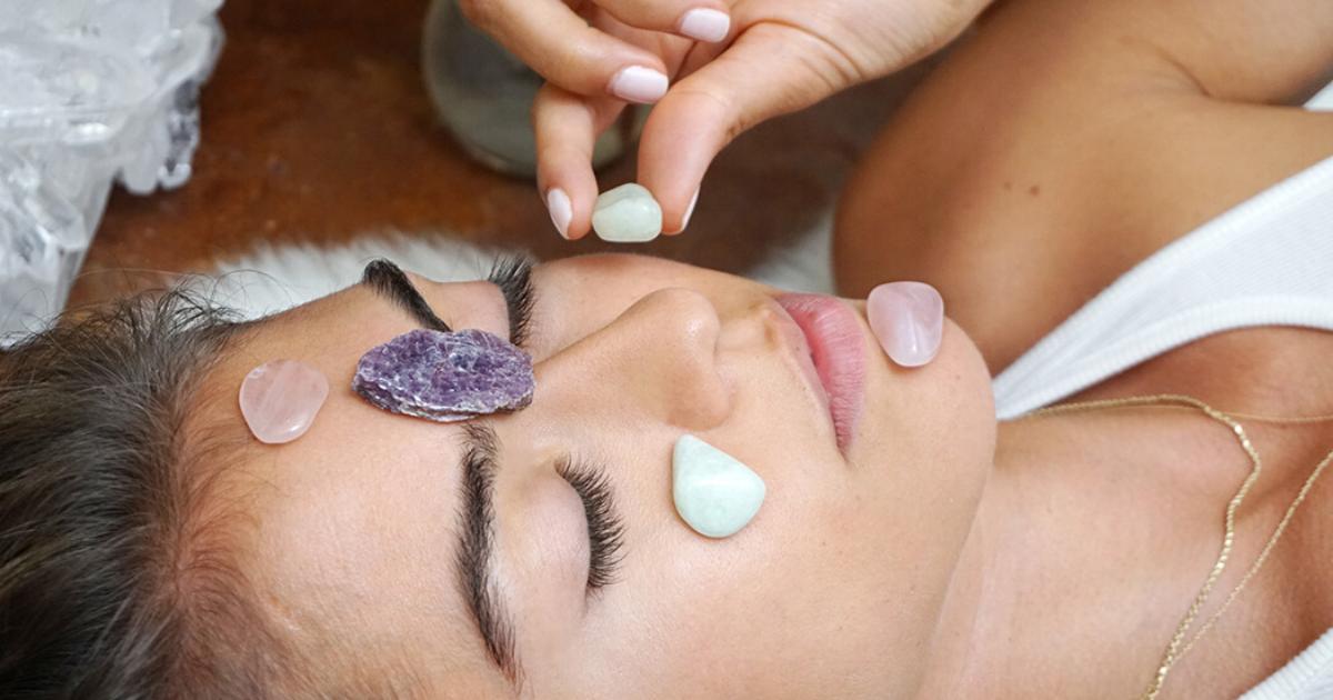 Quarzo rosa: i benefici dei cristalli sulla pelle