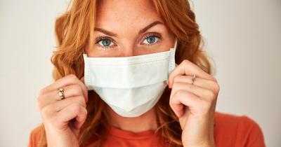 Maskne ovvero i brufoletti da mascherina: ecco la skincare per prendersi cura della pelle