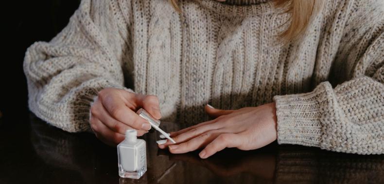 applicazione smalto bianco sulle unghie