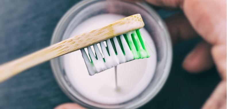 bicarbonato di sodio sullo spazzolino per denti bianchi