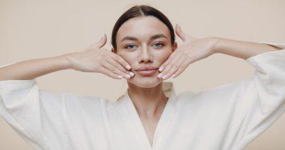 Facial Yoga: 4 semplici esercizi per prendersi cura della pelle del viso